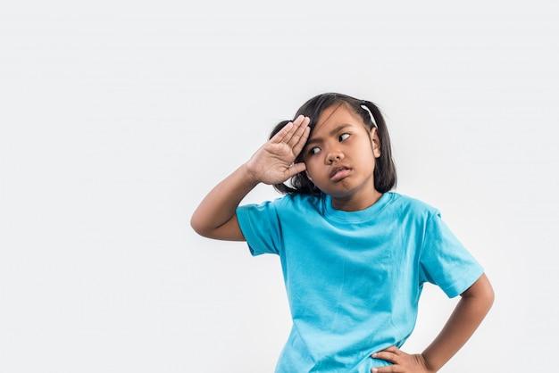 Niña se siente enojada en tiro del estudio