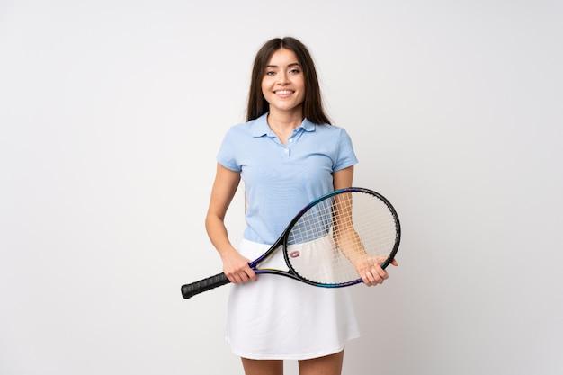Niña sobre pared blanca aislada jugando tenis