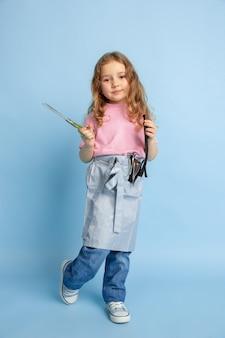 Niña soñando con la futura profesión de costurera