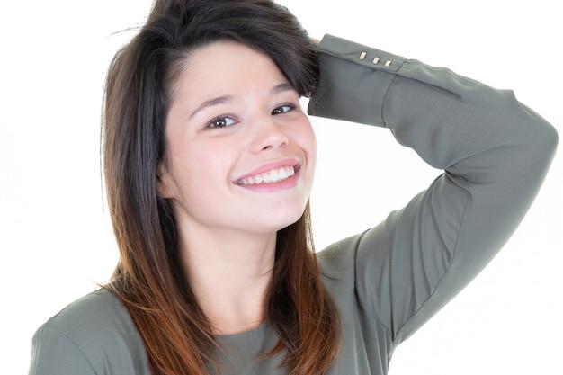 Niña sonriendo con una sonrisa natural perfecta y dientes blancos reales