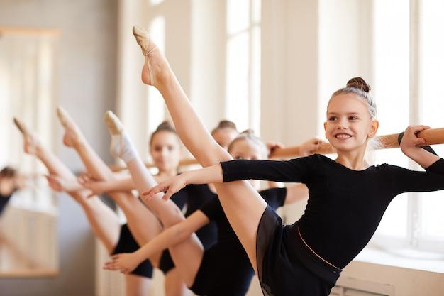 Niña sonriente en clase de ballet