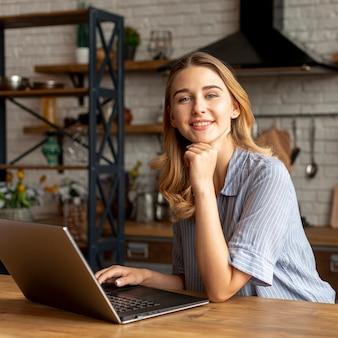 Niña sonriente con una computadora portátil