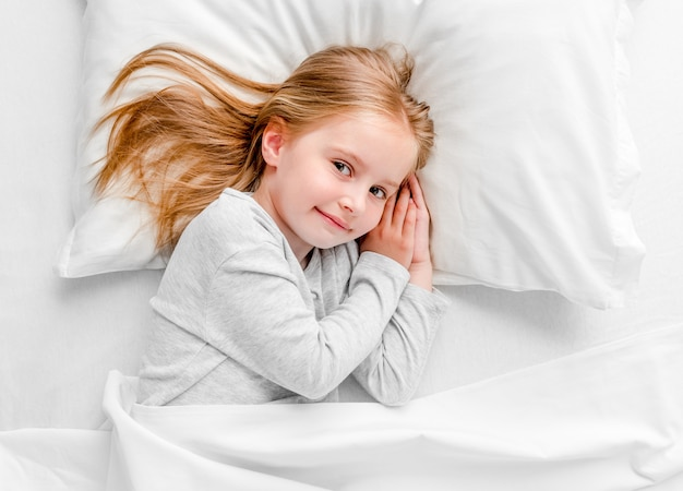 Niña sonriente se despertó