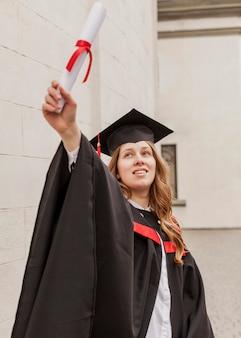 Niña sonriente con diploma