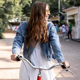 Niña sonriente, equitación, bicicleta
