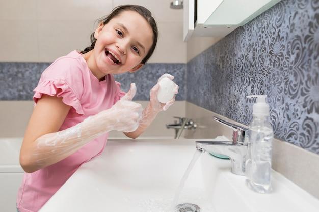 Niña sonriente, limpieza, manos