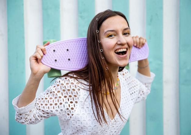 Niña sonriente con patineta
