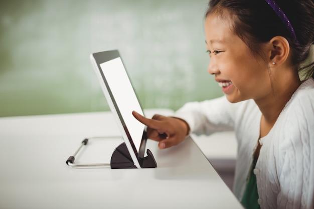 Niña sonriente con tableta digital