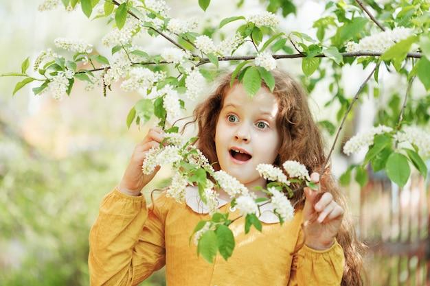 Niña sorprendida sonriendo saludable, concepto de infancia feliz.