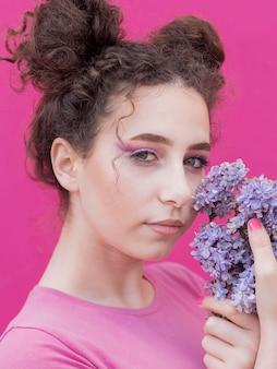 Niña sosteniendo flores lilas