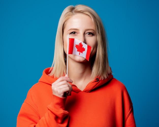 Niña sostiene la bandera de canadá
