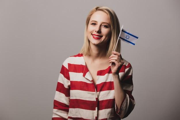 Niña sostiene la bandera de israel