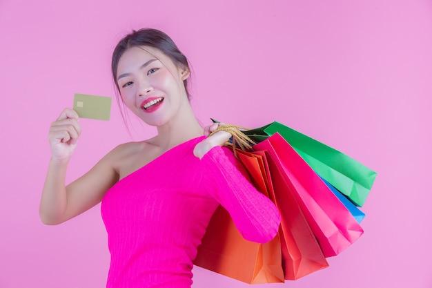La niña sostiene un bolso de compras de moda y belleza.