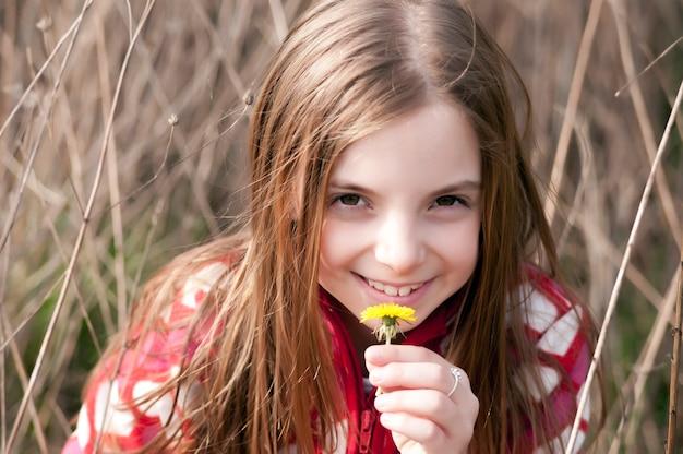 Niña sostiene la flor