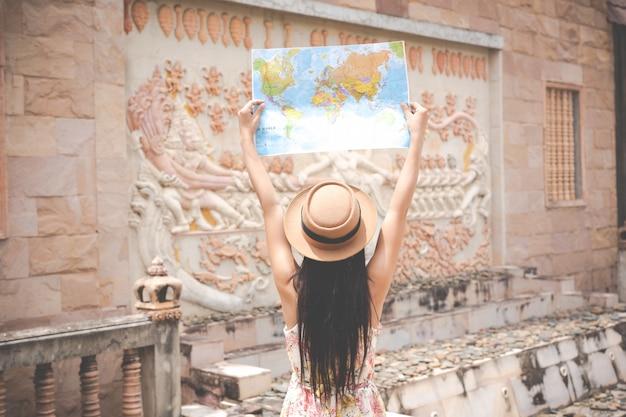 Niña sostiene un mapa turístico en el casco antiguo.