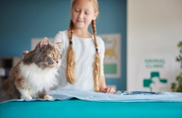 Niña y su gato en el veterinario