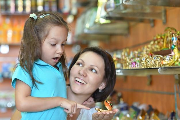 Niña con su madre elige regalos