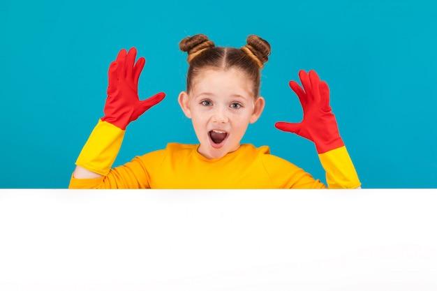 Niña en suéter amarillo sobre fondo azul
