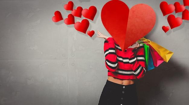 Niña en suéter de rayas rojas con bolsas de compras