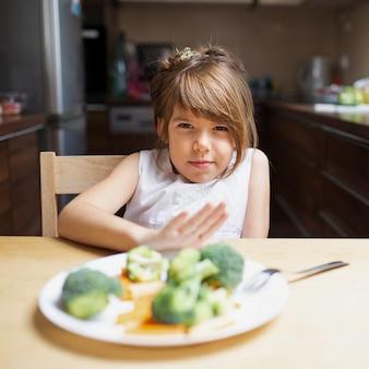 Niña con suficiente comida saludable
