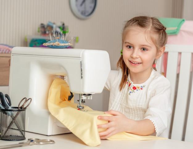 Niña en un taller de costura