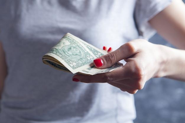 Niña, tenencia, dinero, en, ella, manos