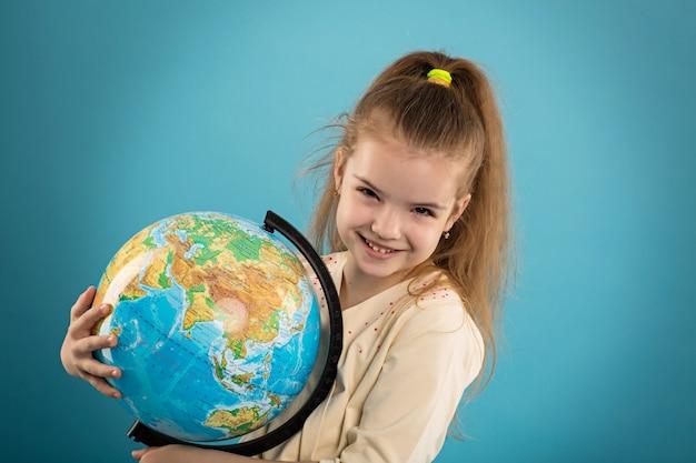 Niña, tenencia, globo del mundo