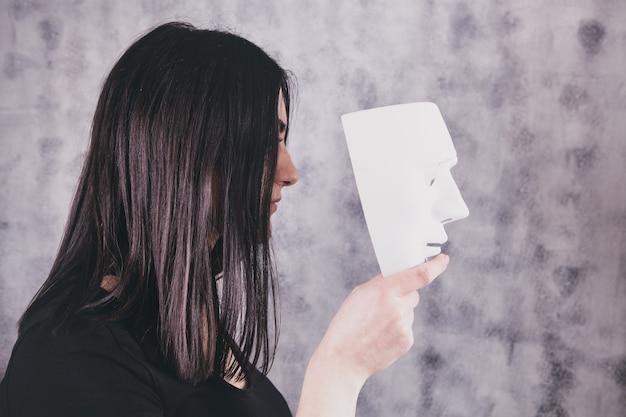 Niña, tenencia, un, máscara, en, ella, mano