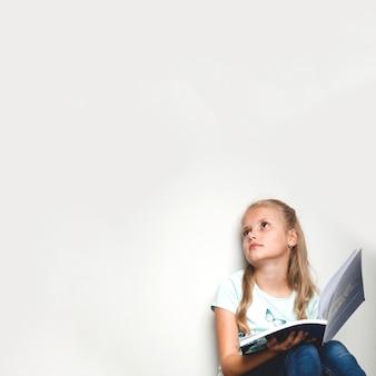 Niña, tenencia, texto, libro, mirar, lejos