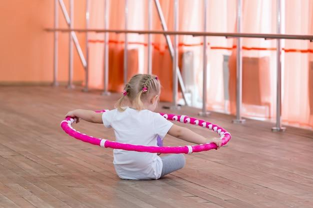 La niña tiene 3 años en el gimnasio.