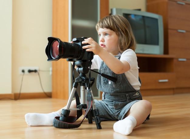 La niña toma la foto con la cámara