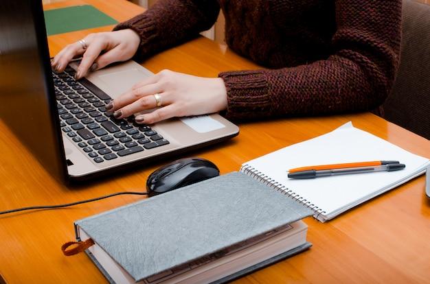 La niña está trabajando en la computadora. trabajar en la oficina. concepto