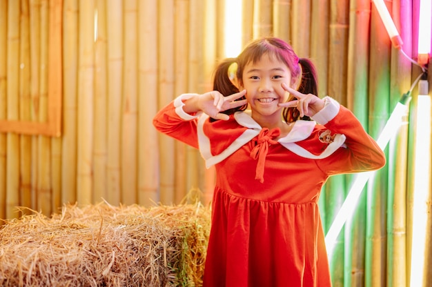 La niña en traje de sandy está jugando, sonriendo, riendo, divirtiéndose.