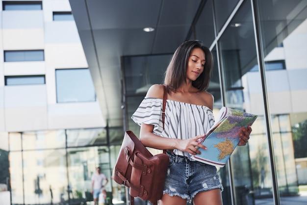 La niña viaja con mochila a las ciudades de europa.