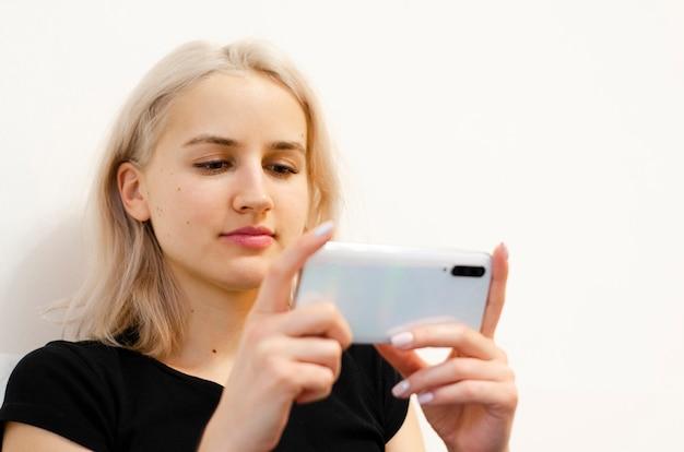 La niña está viendo un video educativo en el teléfono. noticias en redes sociales.