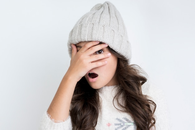 Niña con vista frontal de ropa de invierno