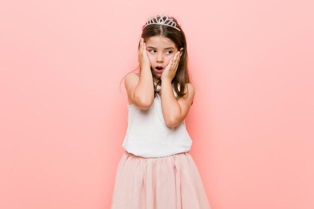 Niña vistiendo una princesa mirada lloriqueando y llorando desconsoladamente.