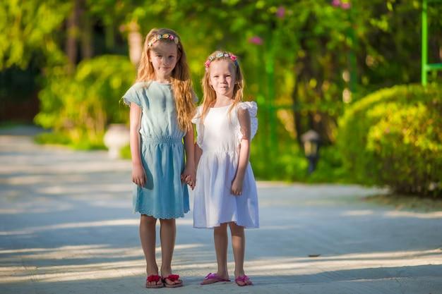 Niñas adorables durante las vacaciones de verano