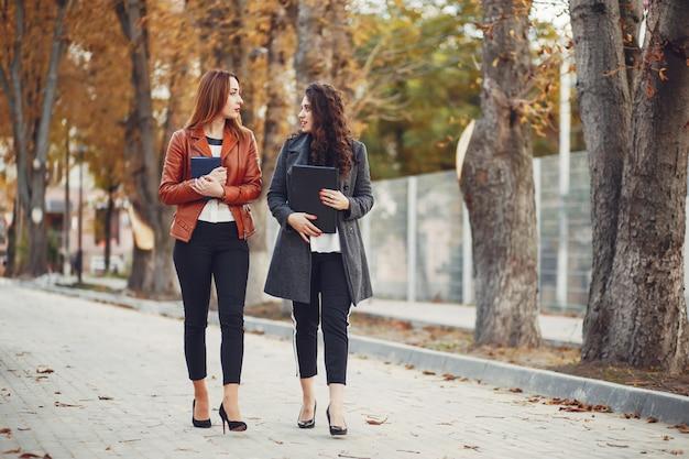 Las niñas caminan por las calles de la ciudad.
