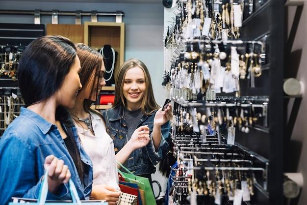 Las niñas de compras juntos en el centro comercial