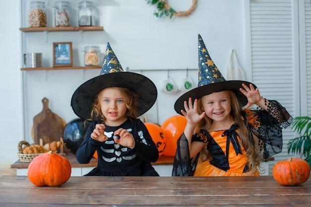 Niñas en disfraces para halloween