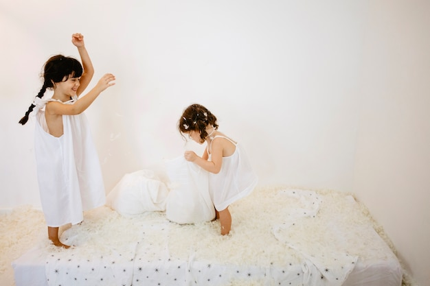 Las niñas se divierten en el colchón