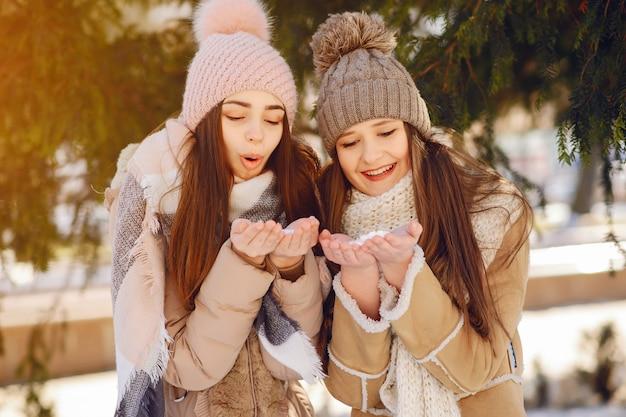 Niñas felices en una ciudad de invierno