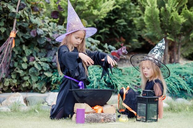 Niñas felices en disfraz de halloween con calabaza jack.trick o convite