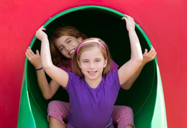 Niñas hermanas niños jugando en el parque del parque