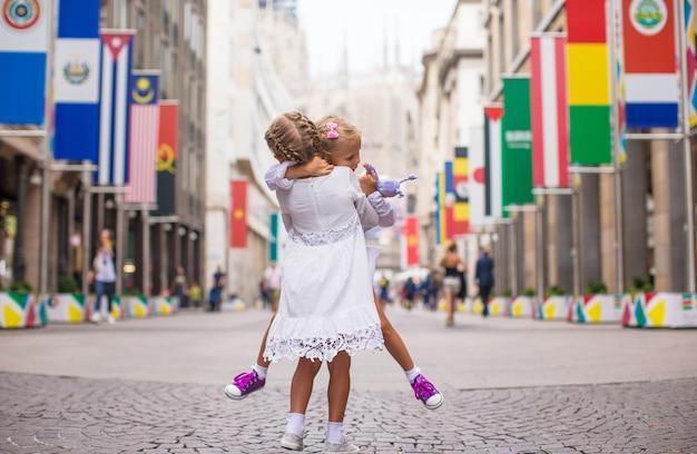Niñas hermosas caminando en milán