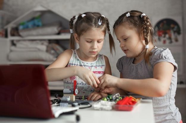 Las niñas recogen robot del diseñador, robótica