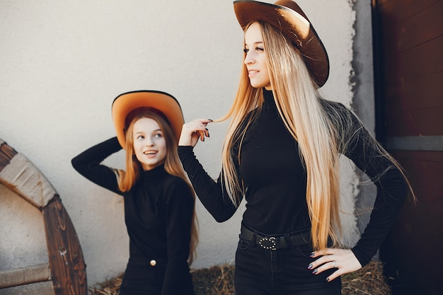 Niñas en un sombrero de vaquero en un rancho