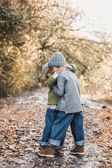 Las niñas sonríen y disfrutan de la vida en un día de otoño, amistad, hermanas, relaciones, familia