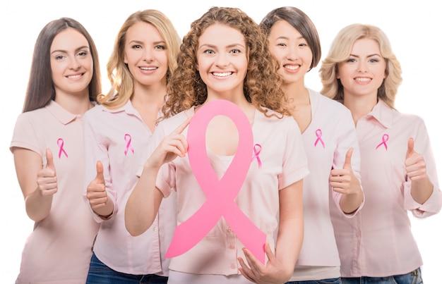 Las niñas tienen un gran cartel de cáncer.